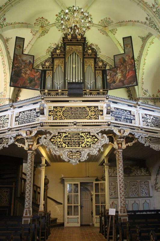 Blick auf die die Flügelorgel in der Bergkirche Schleiz
