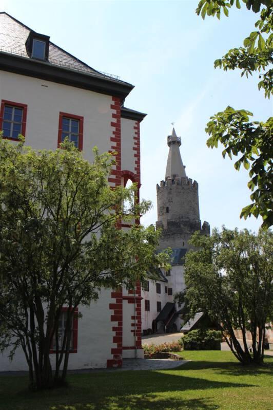 Osterburg Weida - im Innenhof der Burg - im Bild rechts der Bergfried