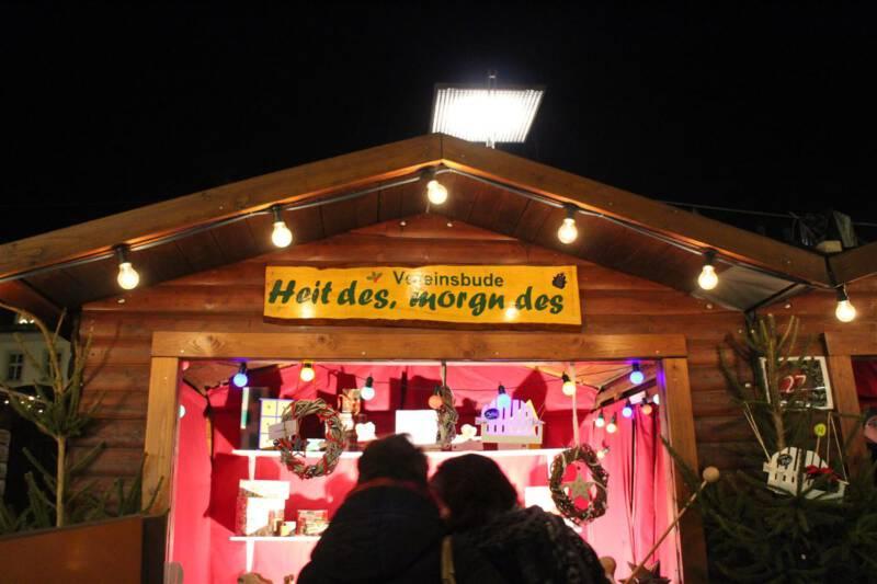 Eine Besonderheit: die Wechselbuden mit wechselnden Ausstellern auf dem Plauener Weihnachtsmarkt