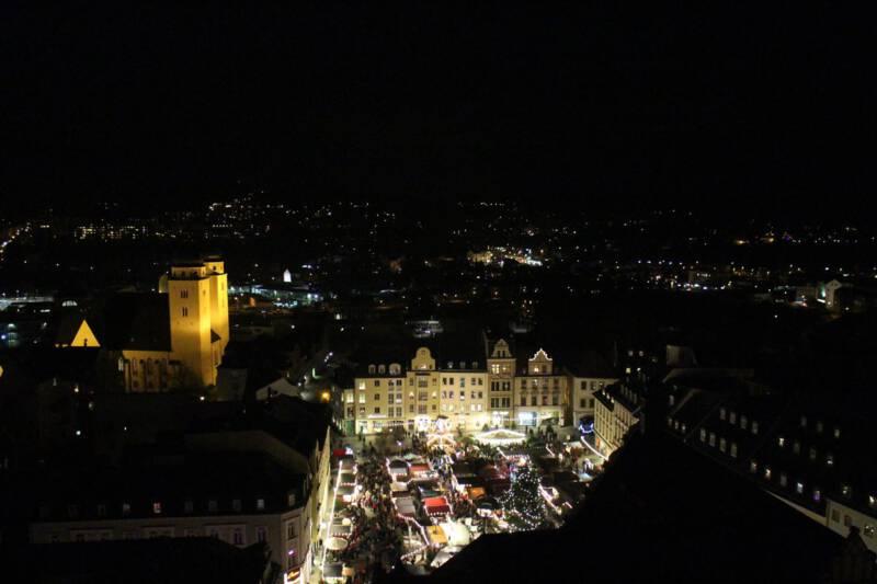 Blick auf den Plauener Weihnachtsmarkt vom Rathausturm