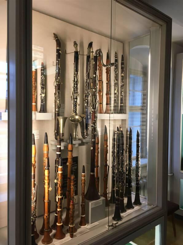 Vitrine mit Blasinstrumeneten im Musikinstrumentenmuseum Markneukirchen