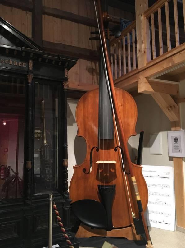 die größte spielbare geige kommt aus Markneukirchen im Vogtland und ist im Musikinstrumentenmuseum zu bewundern