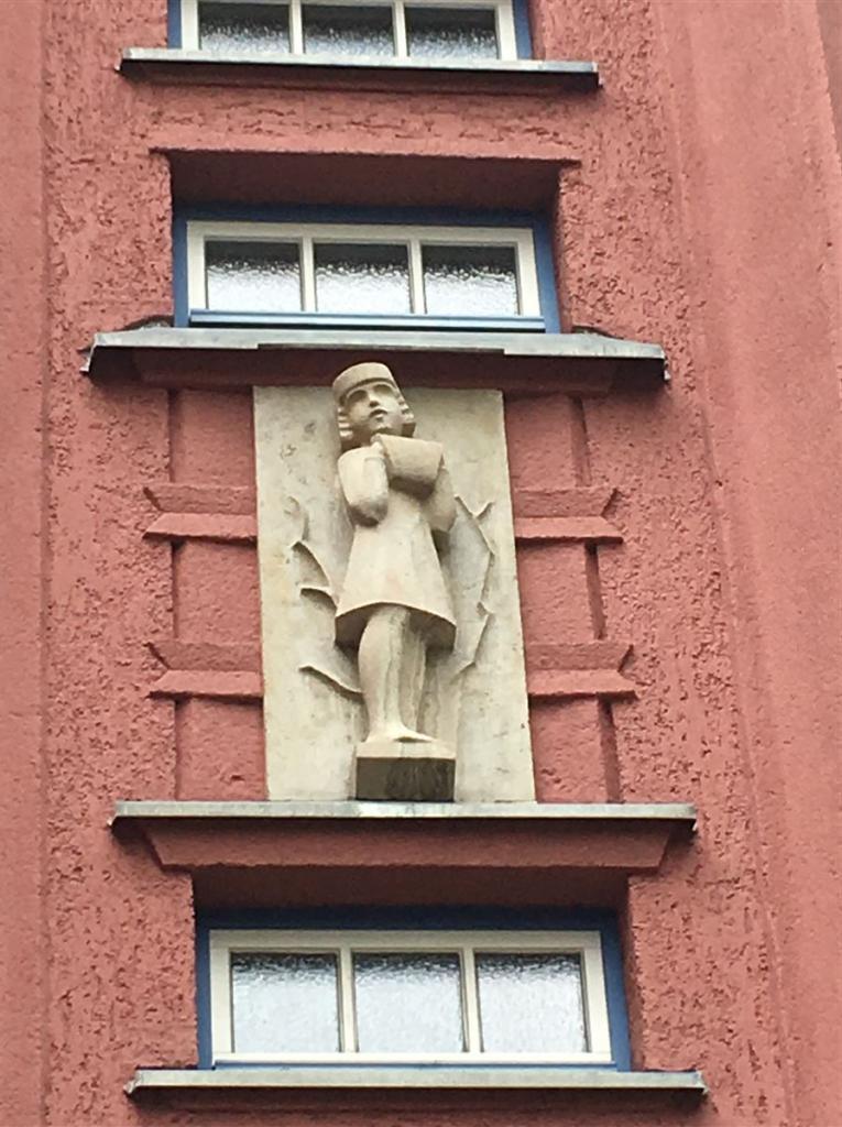 Architekt Rudolf Ladewig - neue Sachlichkeit in Reichenbach im Vogtland Figure von Johannes Göldel an der Höheren Textilschule