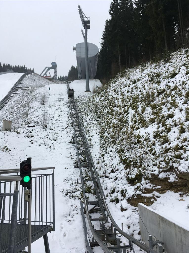 Vogtland-Arena Klingenthal - Blick von der Bahn auf Schanze, Kampfrichterhaus und Anlaufturm