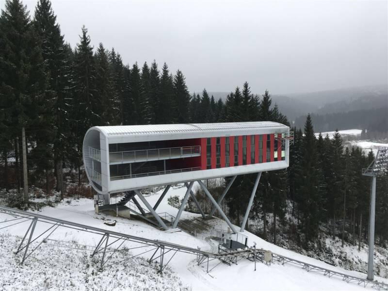 Vogtandarena Klingenthal - moderne Architektur - Blick von der Schanze auf das Kampfrichterhaus