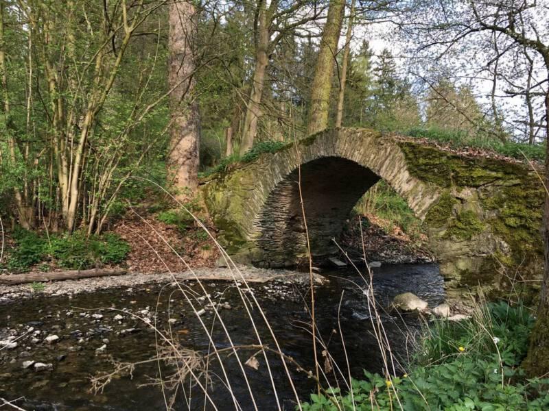 Romantische Steinbogenbrücke: die Schafbrücke im Kemnitzbachtal bei Geilsdorf im Vogtland