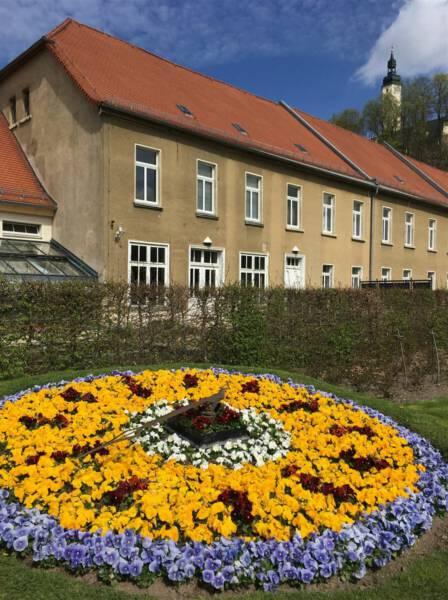 Stadtrundgang Greiz - Sonnenuhr aus Blumen