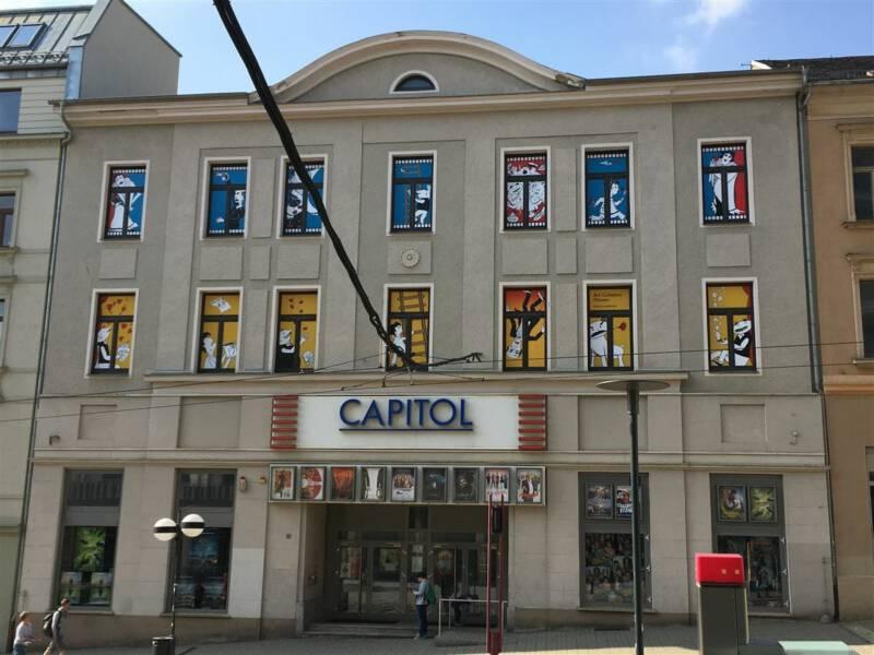 "Vater und Sohn am Kino ""Capitol"" in Plauen"