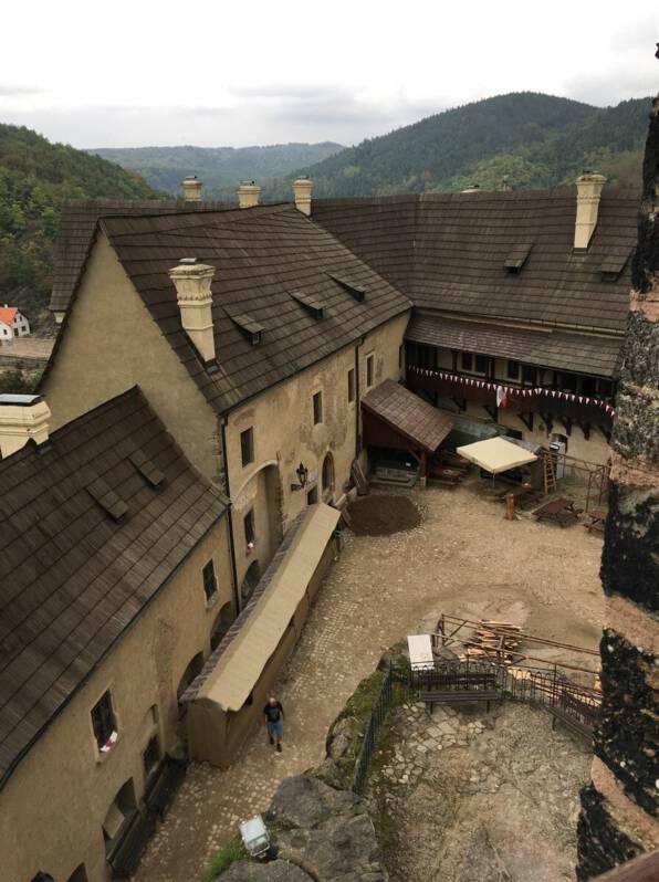 Blick vom Turm in den Innenhof der Burg Loket