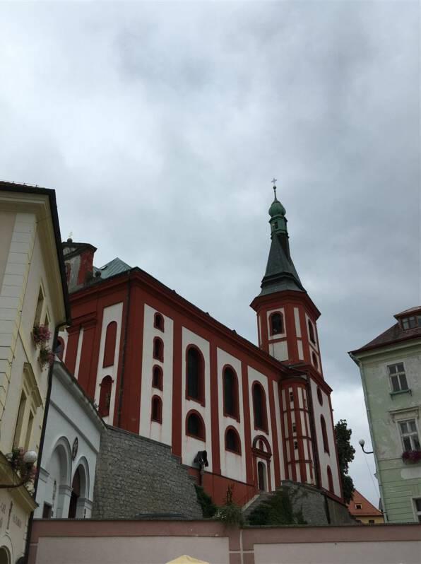 Blick auf die Kirche St. Wenzel an der Burg Loekt