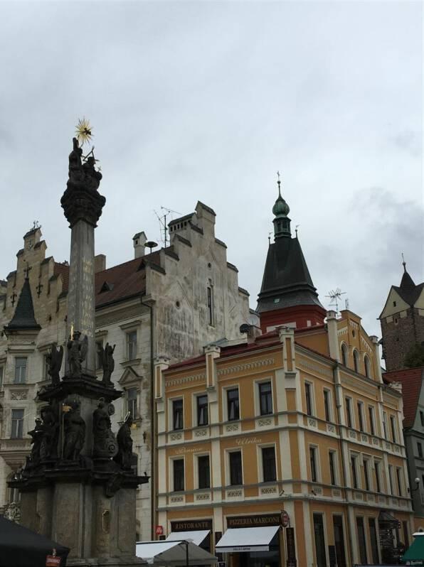 Im Bild der malerische Marktplatz von Loket mit Denkmal