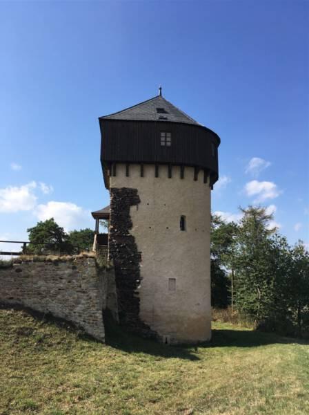 Blick auf den halbrunden Turm der Burg Hartenstein