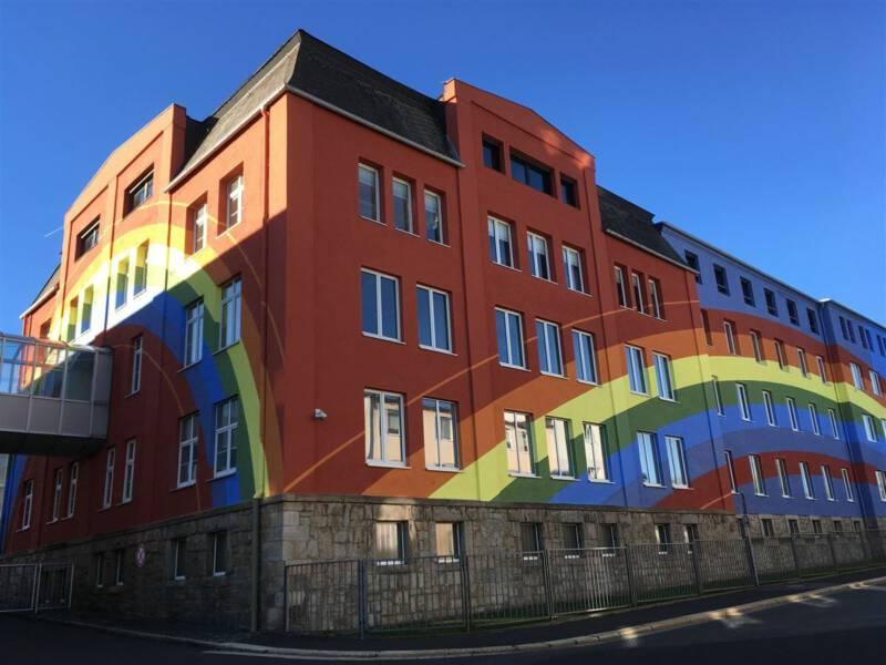 Selb - Ausflug in die Stadt des Porzellan in Bayern - regenbogenfassade von Otto Piene