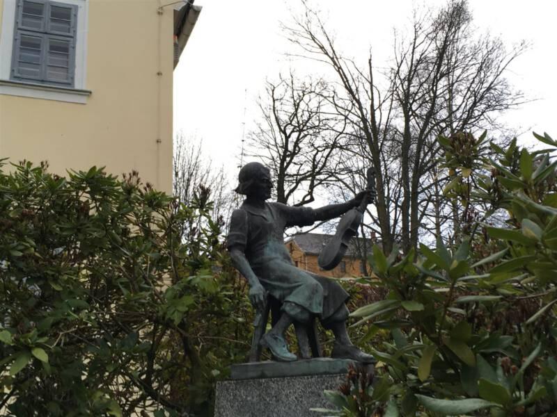 Das Geigenbauerdenkmal in Markneukirchen