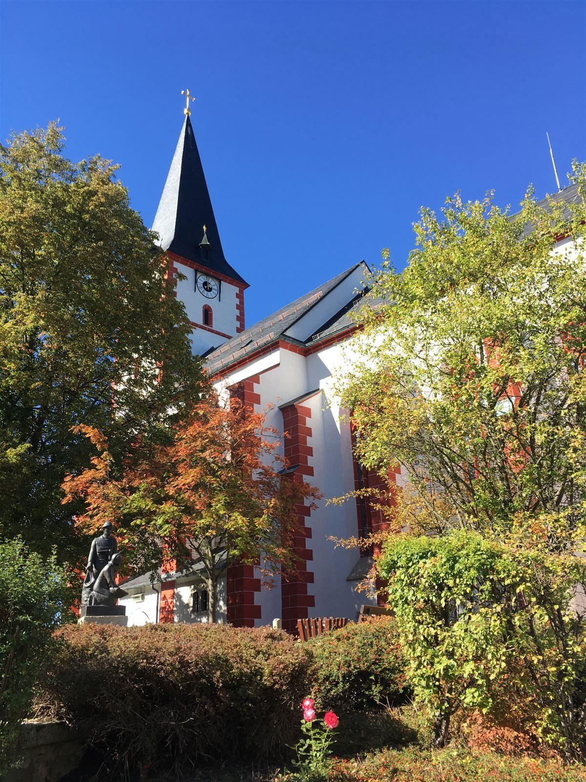 Die Dorfkirche und das Kartoffeldenkmal in Pilgramsreuth - Fichtelgebirge - Bayern