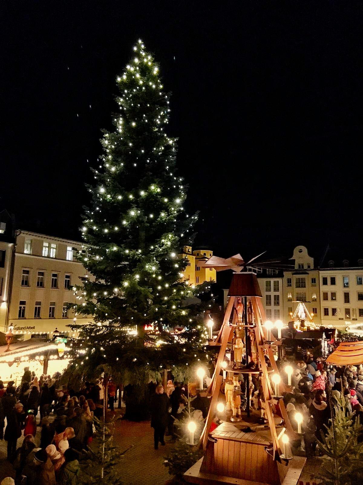 Ausflug in Sachsen zu Weihnachten: Die Pyramide in Plauen auf dem Weihnachtsmarkt