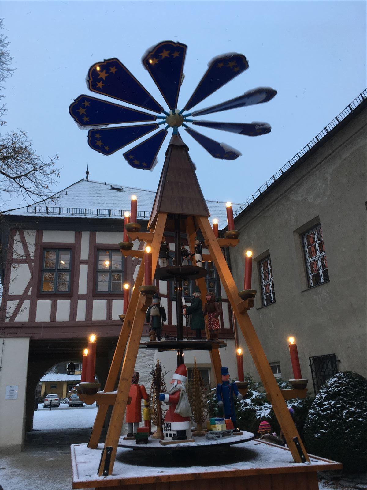 Ausflug Sachsen - Die Pyramide in Rodewisch steht während der Weihnachtsausstellung auf der Schlossinsel