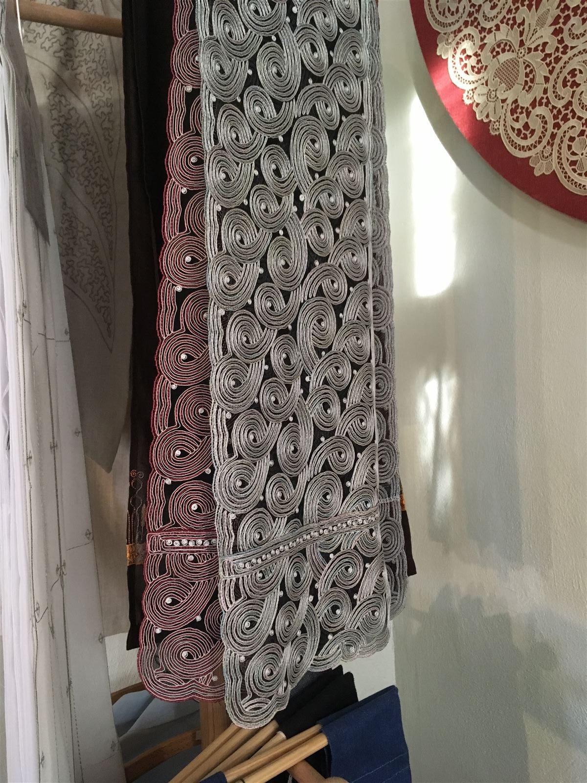 Schaustickerei - Schal mit einer für die 30er Jahren typischen Schnürlistickerei
