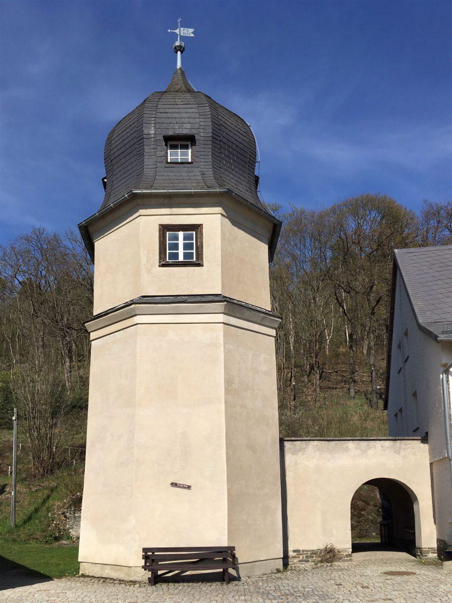 Der leicht konisch zulaufende Turm ist das letzte Zeugnis des Rittergutes