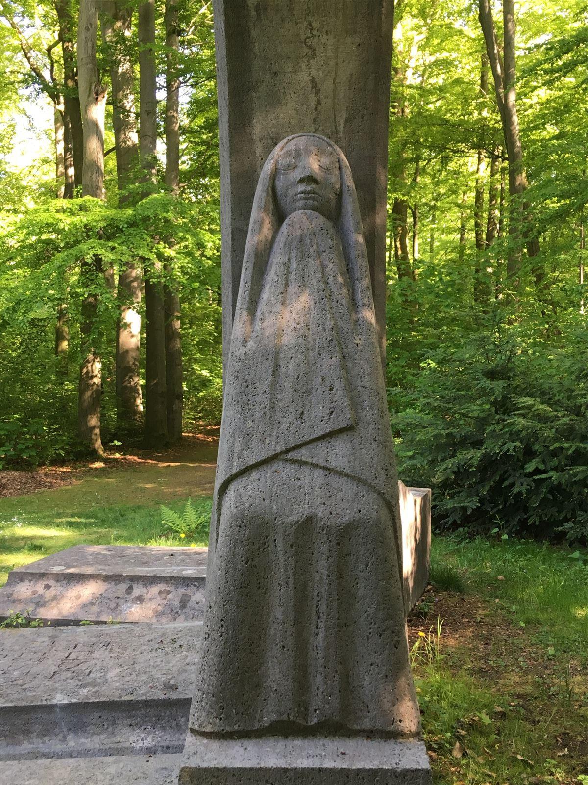 Ausflug: Landschaftspark Ebersdorf - Thüringen - nahe der Bleilochtalsperre - Ernst Barlach - Die Trauernden - Grabmal