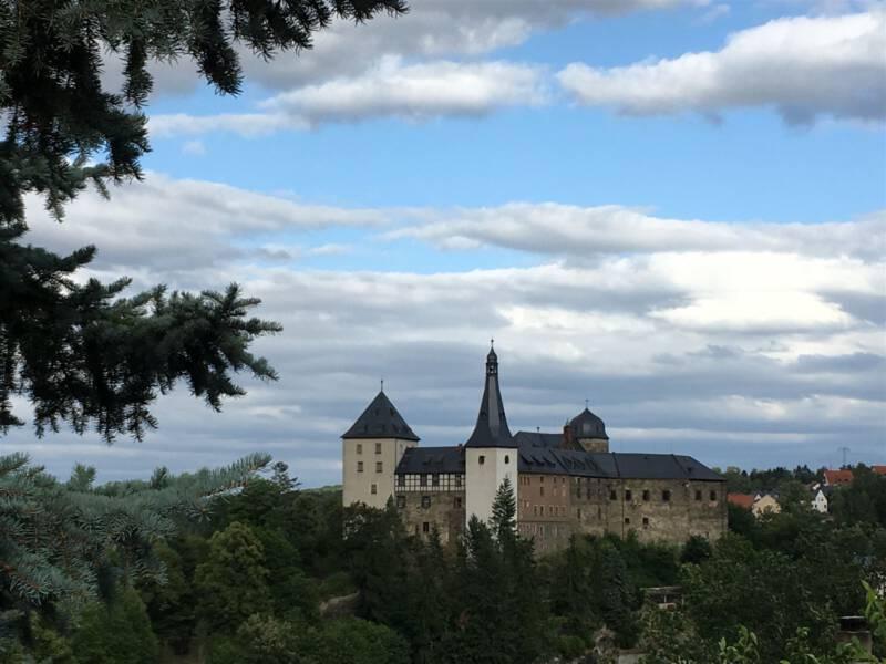 Blick auf Burg Mylau, welche auf einem Bergsporn thront